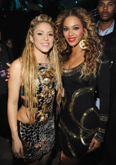 singers-shakira-and-beyonce-poses-for-a-picture-backstage-during-the-2009-mtv-europe-music-awards